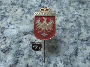 GNIEZNO herb jeden z symboli miejskich Gniezna używany do połowy lat 90. XX wieku 1,30 x 2,10 cm rodzaj zapięcia szpilka