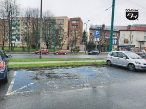 Tychy ulica Żwakowska nieodpłatny parking miejski z dwoma miejscami dla osób niepełnosprawnych