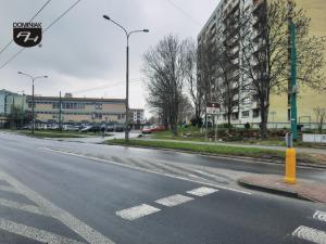 Tychy ulica Żwakowska wjazd na nieodpłatny parking miejski z dwoma miejscami dla osób niepełnosprawnych