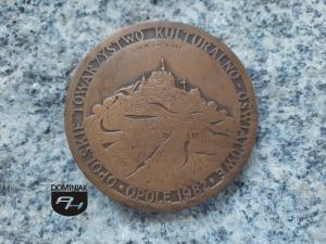 OPOLSKIE TOWARZYSTWO KULTURALNO - OŚWIATOWE OPOLE 1982 GÓRA ŚW. ANNY 69,8 x 69,8 cm awers