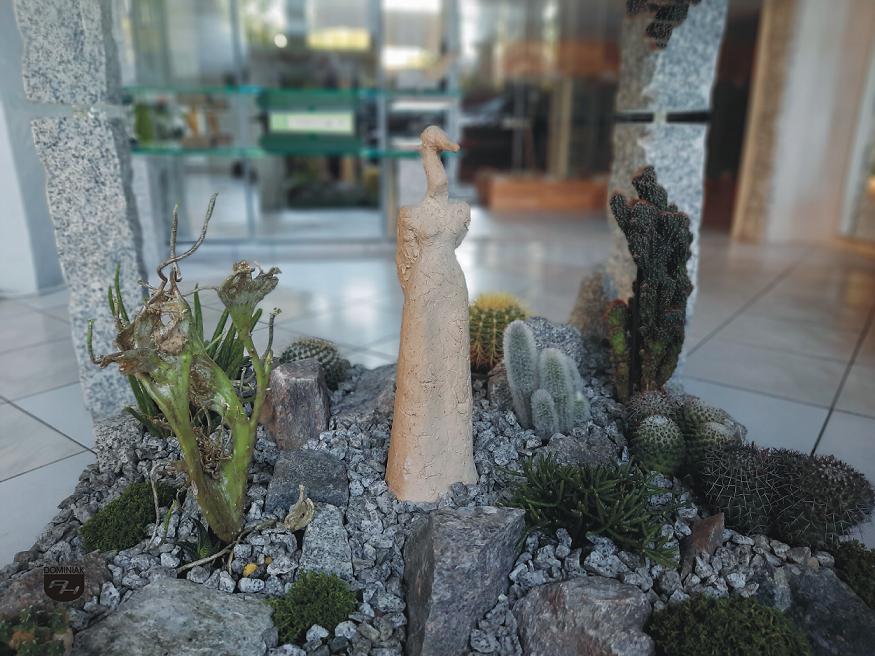 Biała Dama z Czaplinka w otoczeniu sukulentów również kaktusów Muzeum Miniaturowej Sztuki Profesjonalnej Henryk Jan Dominiak w Tychach Biała Dama z Czaplinka rzeźba 40 cm wysokości Danuta Saga Tomaszweska 1